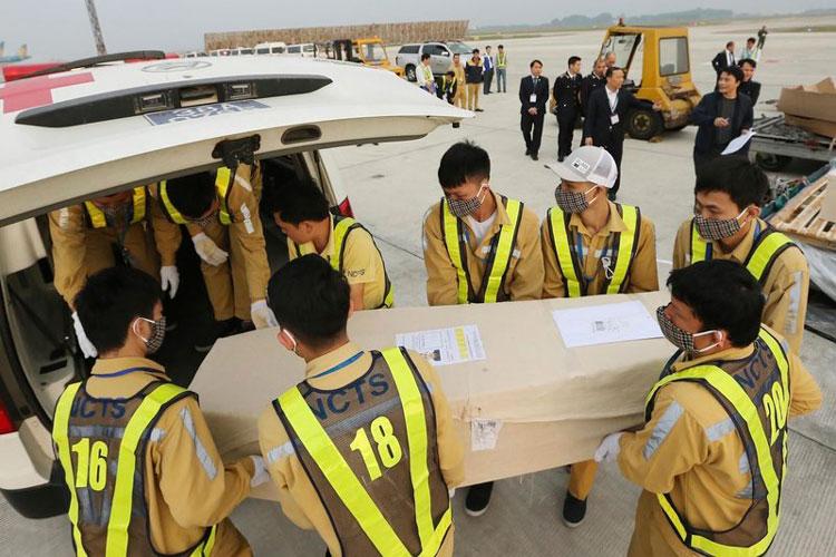 empleados-de-aeropuerto-de-noibai.jpg
