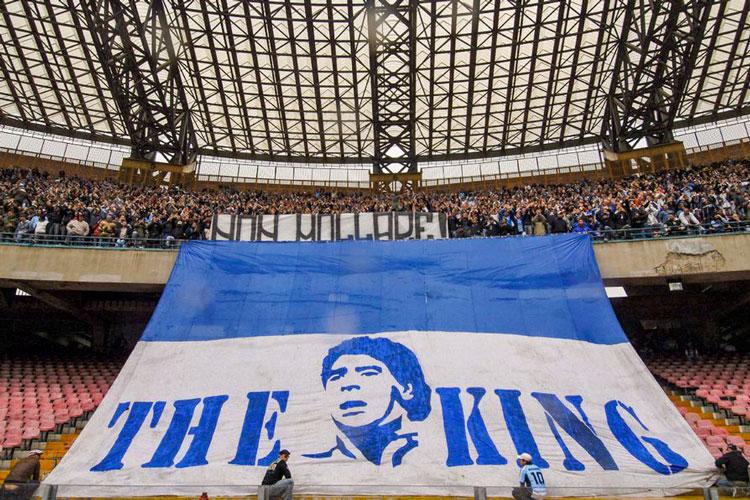 maradona-en-estadio-de-napoles.jpg