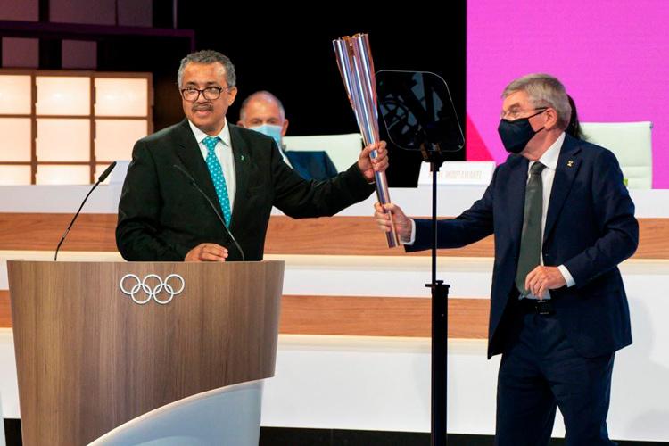 Tedros-Adhanom-y-Thomas-Bach-antorcha-olimpica.jpg